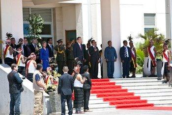 Le Président du Timor-Leste, Taur Matan Ruak, passe en revue les troupes aux côtés du Secrétaire général de l'ONU, Ban Ki-moon, à Dili, le 15 août 2012. Photo MINUT/Martine Perret