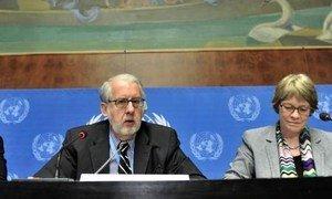 Le Président de la Commission d'enquête internationale indépendante sur la Syrie, Paulo Sergio Pinheiro, et Karen Koning AbuZayd, qui en est membre. ONU Photo/Jean-Marc Ferré