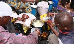De l'huile de cuisine et de la nourriture sont remis à des personnes déplacées dans le nord du Mali, dans le refuge de Mopti. PNUD/Nicolas Meulders