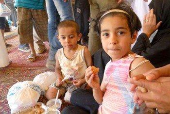De jeunes réfugiés syriens en Jordanie sont pris en charge à leur arrivée dans le camp de Za'tari, où le HCR s'efforce d'améliorer les conditions de vie. UNHCR/A. Eurdolian