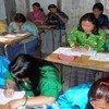 مجموعة من الأمهات يتلقين دروسا في أحد برامج التعليم المفتوح داخل الفصول التي يدرس فيها أطفالهم في الصباح في بوتان