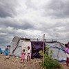 Des nuages sombres s'accumulent au-dessus d'un camp de personnes déplacées par le séisme de 2010 en Haïti. ONU Photo/Logan Abassi