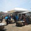Wahudumu wa misaada wakiandaa chakula kwa ajili ya wasomali kwenye moja ya kituo cha lishe kinachopatiwa msaada na WFP huko Mogadishu, Somalia