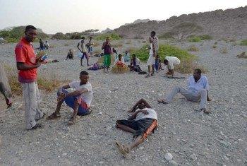 De nouveaux arrivants africains au Yémen, épuisés après la traversée de l'océan.