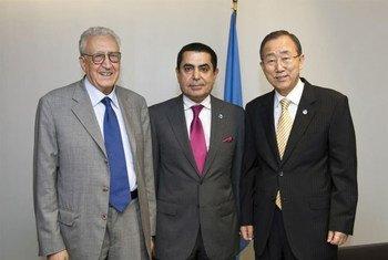 Le Secrétaire général des Nations Unies Ban Ki-moon (à droite), le Président de l'Assemblée générale Nassir Abdulaziz Al-Nasser (au centre) et le Représentant spécial conjoint des Nations Unies et de la Ligue des États arabes pour la crise en Syrie, Lakhdar Brahimi. Photo ONU/M. Garten