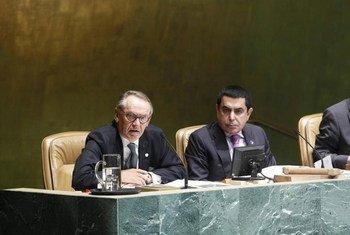 Le Vice-Secrétaire général de l'ONU, Jan Eliasson (à gauche) et le Président de l'Assemblée générale Nassir bdulaziz Al-Nasser. Photo ONU/Rick Bajornas