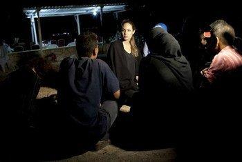 Angelina Jolie conversa con refugiados sirios. Foto de archivo: ACNUR/J. Tanner