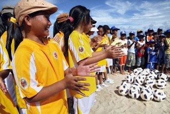 """""""Por el juego y por tus derechos: una transformación cultural a través del fútbol"""" es uno de los proyectos que ONU Mujeres presentará en la Conferencia sobre la Mujer de América Latina y el Caribe, que arranca hoy en Uruguay. Foto: FAO/Pham Cu"""