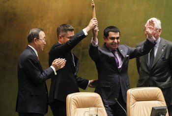 Outgoing President of the General Assembly Nassir Abdulaziz Al-Nasser (second right) hands over the gavel to his successor Vuk Jeremić. Secretary-General Ban Ki-moon is at left.
