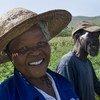 Un agriculteur et sa femme dans un potager irrigué par l'eau de Mpatheni Dam, au Swaziland.