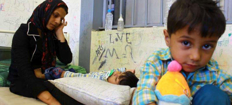 Une mère et son enfant dans un centre de détention en Grèce.