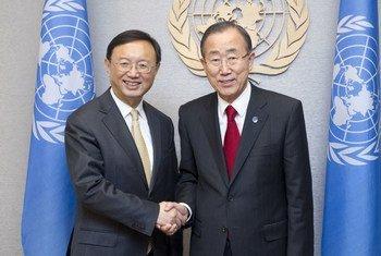 秘书长潘基文会见中国国务委员杨洁篪。联合国图片/Evan Schneider
