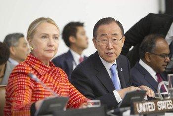 Le Secrétaire général Ban ki-moon et la Secrétaire d'état américaine, Hillary Clinton, à la Conférence marquant le 20ème anniversaire du Forum des petits états.
