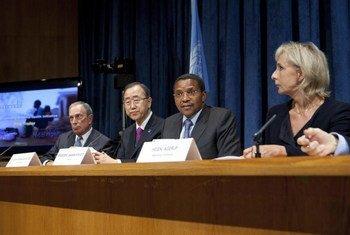 Le maire de New York, Michael Bloomberg, le Secrétaire général Ban Ki-moon, le Président de la Tanzanie, Jakaya Kikwete, et Helen Agerup en conférence de presse.