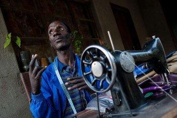 Un tailleur dans un village rural du Zimbabwe.