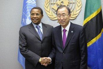 Le Secrétaire général des Nations Unies, Ban Ki-moon, avec le Président de la Tanzanie, Jakaya Kikwete. Photo ONU/Evan Schneider