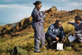 Estudiantes de la Universidad de las Naciones Unidas evalúan usos de la energía geotérmica. Foto: UNU/Ryo Murakami