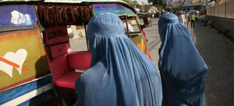 Des Afghanes négocient avec un chauffeur dans la ville d'Herat.