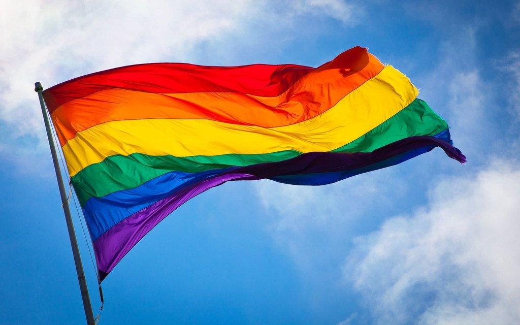 在旧金山飘扬的一面彩虹旗。彩虹旗通常被视为同性恋骄傲的象征。