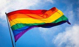 La bandera arcoiris ondea al viento en el distrito de Castro en San Francisco.