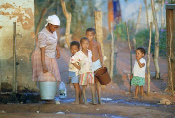 Une femme cherchant de l'eau dans un puit en Namibie. Photo ONU/E. Debebe