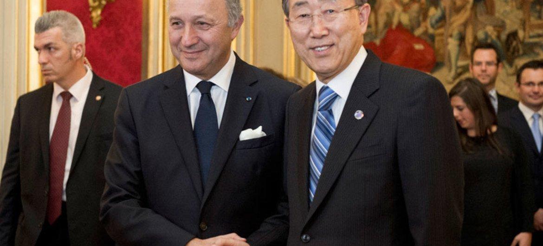 Le Secrétaire général Ban Ki-moon avec le Ministre des affaires étrangères de la France, Laurent Fabius.