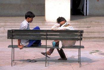 दिल्ली में मानव व्यवहार और अलायड साइंसेज़ संस्थान में बैठे कुछ मरीज़. फ़ोटो: WHO/P. Virot