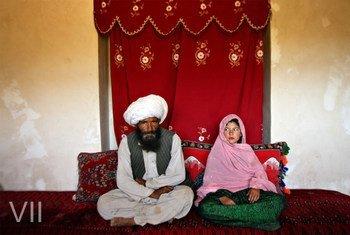 Фаиз, 40 и Гулам, 11, <br> сидят в своем доме <br>перед их свадьбой, <br> Афганистан