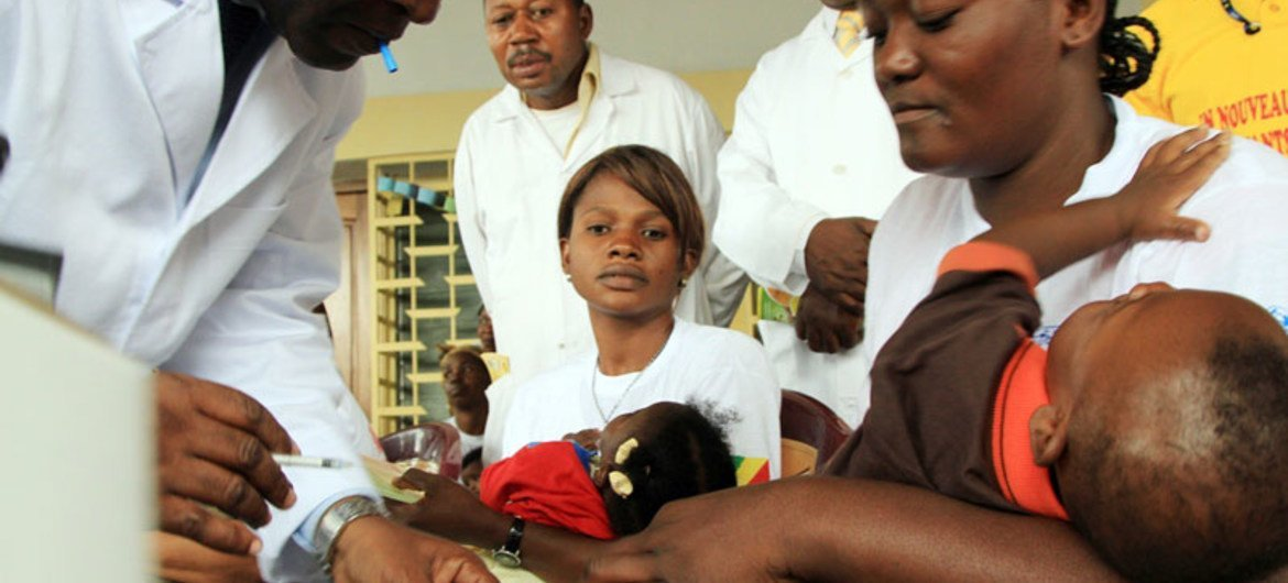 A mother with her baby at the Health Centre Marian Ngouabi, Brazzaville.