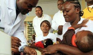 Une mère et son enfant au centre de soins Marian Ngouabi, au Congo-Brazzaville.