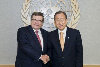 Le Secrétaire général, Ban Ki-moon, et le Facilitateur de la Conférence 2012 sur la création d'une zone exempte d'armes nucléaires et de toutes autres armes de destruction massive au Moyen-Orient, Jaako Laajava.