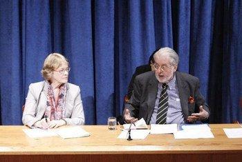Le Président de la Commission d'enquête internationale indépendante sur la Syrie, Paulo Pinheiro, et Karen AbuZayd, membre de la Commission, en conférence de presse à l'ONU.