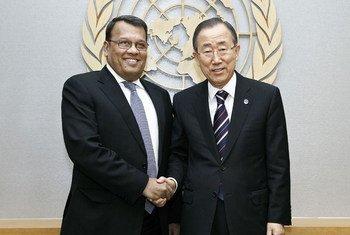 Secretary-General Ban Ki-moon (right) meets with Mahinda Samarasinghe, Minister of Plantation Industries of Sri Lanka.
