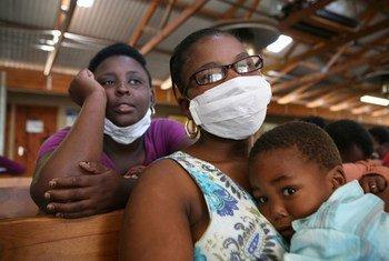 Máscaras para evitar el contagio de la tuberculosis. Foto de archivo: IRIN/David Gough
