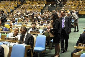 Un délégué dépose son bulletin de vote lors de l'élection de cinq nouveaux membres non-permanents du Conseil de sécurité par l'Assemblée générale.