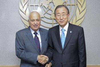 Le Secrétaire général des Nations Unies, Ban Ki-moon, et son homologue de la Ligue des États arabes, Nabil El-Araby, le 21 septembre 2012 à New York.