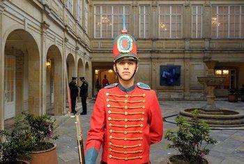 Un garde d'honneur au palais présidentiel colombien à Bogota. Photo ONU/Evan Schneider