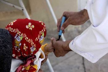 Une fillette afghane est vaccinée contre la poliomyélite dans la ville d'Herat, le 15 octobre 2012.