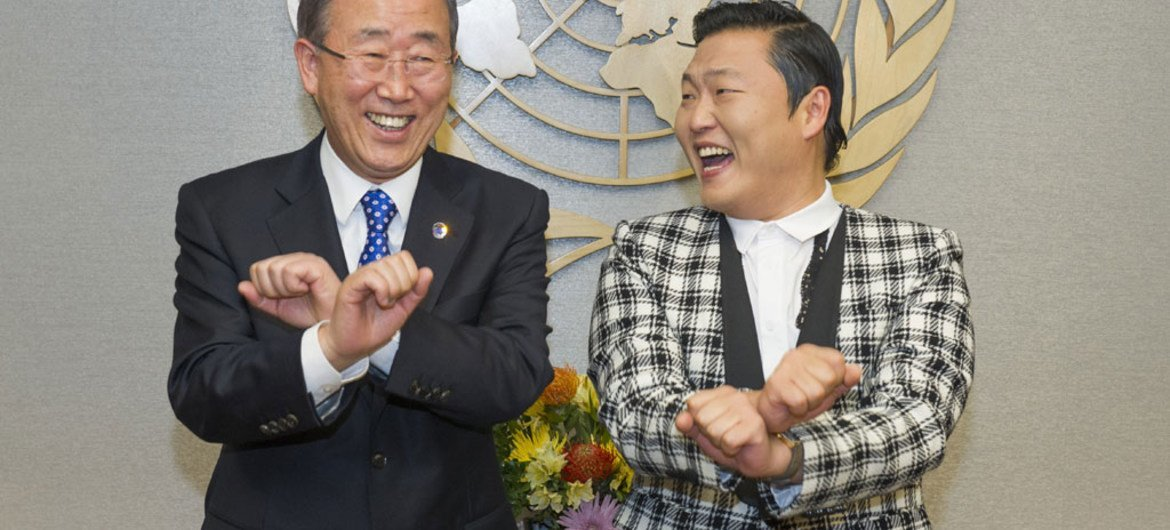 Secretary-General Ban Ki-moon (left) attempts one of the dance moves made famous by Psy (right), singer from the Republic of Korea, during their meeting.