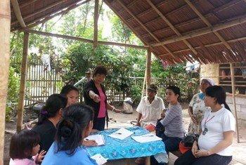 Representantes del gobierno y socios asesoran a personas en riesgo de la apatridia. Foto: ACNUR/F.T. Temprosa