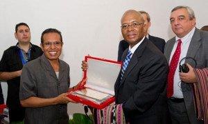 Le Président du Timor-Leste, Taur Matan Ruak (à gauche) remet un souvenir au Représentant permanent de l'Afrique du Sud auprès des Nations Unies et chef de la délégation du Conseil au Timor-Leste, Baso Sangqu.