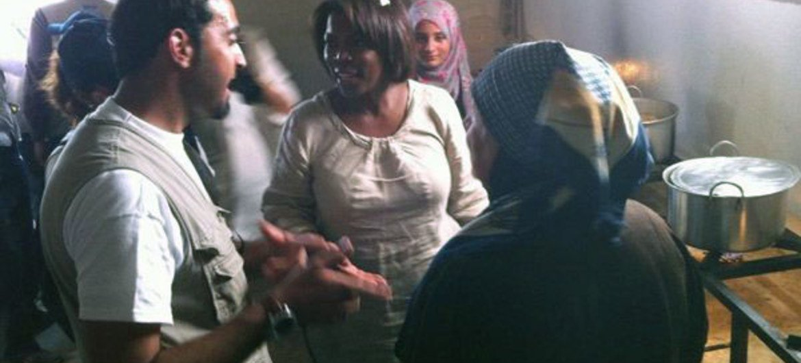 Ertharin Cousin talks with Syrian refugee women in a kitchen set up by WFP at the Zaatari refugee camp in Jordan.