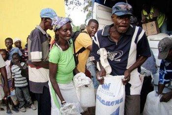 Personal de la ONU distribuye asistencia en Haiti tras el huracán Sandy (Foto: PMA-Elio Rujano)