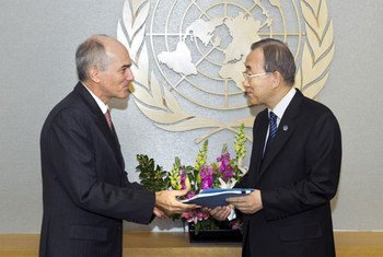Secretary-General Ban Ki-moon receives Independent Review Panel on Sri Lanka report from ASG Charles Petrie.