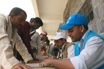 Les Yéménites déplacés par les combats dans le sud de leur pays s'enregistrent auprès du Haut Commissariat des Nations Unies pour les réfugiés (HCR) avant de prendre le chemin du retour .
