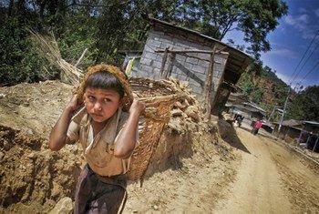 Niño nepalí trabajando en Kathmandú.