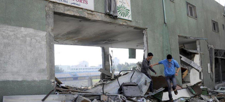 De jeunes garçons jouent dans les décombres du Stade de Palestine, à Gaza, après des frappes aériennes israéliennes.