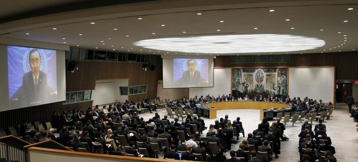 A view of the Security Council as Secretary-General Ban Ki-moon (on screens) briefs the Council via videolink from Tel Aviv, Israel.