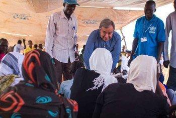 Le Haut Commissaire des Nations Unies pourt les réfugiés, António Guterres, s'adresse à un groupe de filles en attente d'être enregistrées, dans le camp de Yida, au Soudan du Sud.