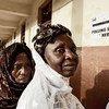 Des femmes patientent avant de pouvoir voter à Fouah Bay, Freetown, aux élections législatives et présidentielles le 17 novembre 2012.
